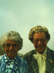 Mijn oma en haar zus met grote jaren 70 brillen op hun kromme neuzen.