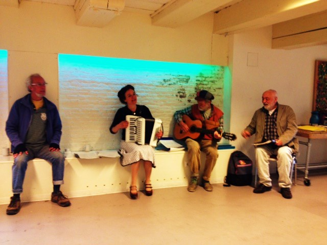 Daklozenkoor 'De Straatklinkers' zat even zonder accordeonist,totdat…